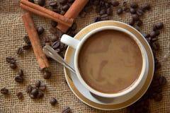 Koffiekoppen met koffiebonen Stock Foto