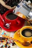 Koffiekoppen met koffiezetapparaat Royalty-vrije Stock Fotografie