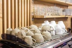 Koffiekoppen op de koffiemachine in de elite populaire bar stock afbeelding