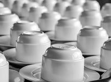 Koffiekoppen op een lijst Stock Afbeeldingen