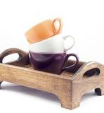 Koffiekoppen op houten die dienblad op witte achtergrond wordt geïsoleerd Stock Foto's