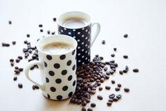 Koffiekoppen op houten lijst Stock Afbeeldingen