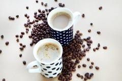 Koffiekoppen op houten lijst Stock Foto