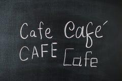 Koffiekrijt met de hand geschreven over uitstekend retro bord Stock Foto