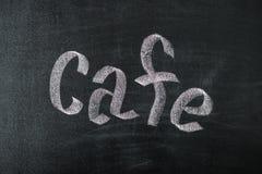 Koffiekrijt met de hand geschreven over uitstekend retro bord Royalty-vrije Stock Foto's