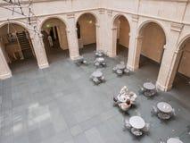 Koffielijsten in de binnenplaats van Fogg Art Museum Royalty-vrije Stock Afbeelding