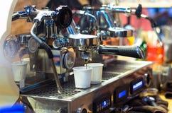 Koffiemachine die espresso maken die in een koffiewinkel wordt geschoten Stock Foto's