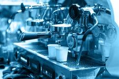 Koffiemachine die espresso maken die in een koffiewinkel wordt geschoten Stock Afbeeldingen