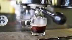 Koffiemachine het werken stock video