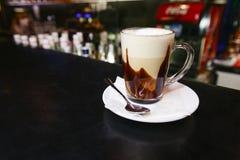 Koffiemok bij de bar Stock Afbeeldingen