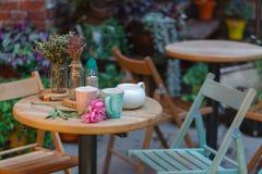 Koffiemok bij de uitgang van de koffie Koffie op de straat, op de stappen van het terras bij de ingang aan de koffie Stock Foto's