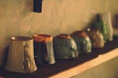 Koffiemok en glas op de plank Royalty-vrije Stock Afbeelding