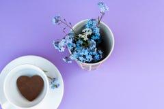 Koffiemok op een purpere achtergrond achtergrondontbijt, dranken en het concept van het koffiemenu - koffiekop op purpere toplay  stock foto's