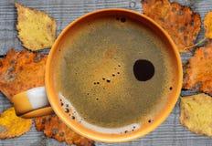 Koffiemok op houten achtergrond Met heldere de herfstbladeren Royalty-vrije Stock Fotografie