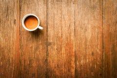Koffiemok op Houten Lijst Royalty-vrije Stock Afbeeldingen