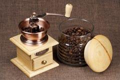 Koffiemolen en bank van koffie Royalty-vrije Stock Afbeeldingen