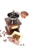 Koffiemolen en bonen rond Stock Foto's