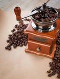 Koffiemolen en koffie Copyspace stock foto