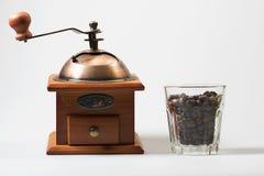 Koffiemolen en koffiebonen royalty-vrije stock afbeeldingen