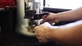 Koffiemolen het werken stock videobeelden