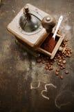 Koffiemolen met bonen en grondkoffie Stock Foto