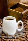 Koffiemolen met koffiebonen Stock Afbeeldingen