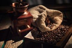 Koffiemolen op donkere rustieke achtergrond Houten lijst Royalty-vrije Stock Afbeeldingen
