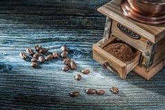Koffiemolengewassen op uitstekende houten raad stock afbeeldingen