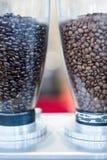 Koffiemolennen die koffie voorbereidingen treffen te malen stock afbeelding