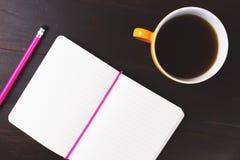 Koffienotitieboekje en potlood op bureau Royalty-vrije Stock Afbeeldingen