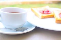 Koffieontbijt met brood wordt geplaatst dat Stock Fotografie