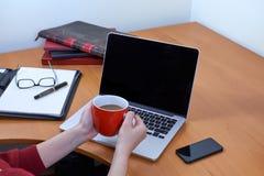 Koffiepauze bij bureau Royalty-vrije Stock Foto's