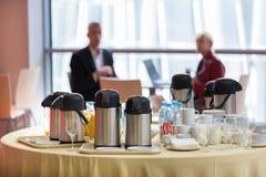 Koffiepauze bij de bedrijfsgebeurtenis stock foto's