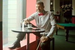Koffiepauze in biljartclub stock foto