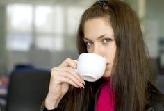 Koffiepauze in bureau Stock Fotografie