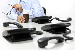 Koffiepauze in het bureau, telefoons weg stock fotografie