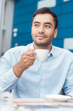 Koffiepauze, mens die de rusten met warm drinkt stock afbeeldingen
