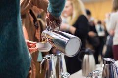 Koffiepauze op commerciële vergadering royalty-vrije stock fotografie