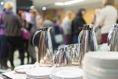 Koffiepauze op commerciële vergadering Stock Foto