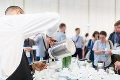 Koffiepauze op conferentievergadering stock foto
