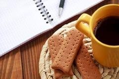 Koffiepauze op het werk Stock Foto's