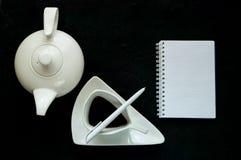 Koffiepauze, theepot en uitstekende witte ceramische kop met koffie op een donkere achtergrond, exemplaarruimte, close-up royalty-vrije stock fotografie