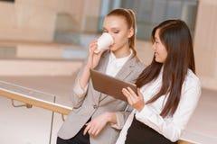 Koffiepauze tijdens de vergadering Royalty-vrije Stock Foto