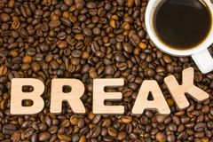 Koffiepauzefoto De kop met gebrouwen koffie wordt omringd door de geroosterde gehele die boom van de korrelskoffie met woordonder Royalty-vrije Stock Fotografie