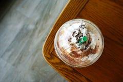 Koffiepauzetijd bij koffiewinkel Hoogste mening van Mocha-koffiekop royalty-vrije stock afbeeldingen