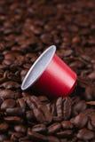 Koffiepeul op een bed van koffiebonen Royalty-vrije Stock Foto's
