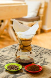 Koffiepoeder in de filter Royalty-vrije Stock Foto's