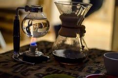 Koffiepoeder in de filter Stock Afbeeldingen