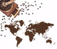 Koffiepoeder in de vorm van de wereld en een koffiemolen (serie Royalty-vrije Stock Foto