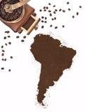 Koffiepoeder in de vorm van Zuid-Amerika en een koffiemolen (reeks) Royalty-vrije Stock Afbeelding